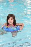 Enfant nageant heureusement Photos stock