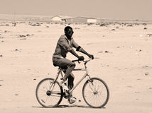 Enfant non identifié faisant du vélo dans le taudis de Mondesa Photos libres de droits