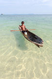 Enfant non identifié sur les canoës à l'île de Mabul Image libre de droits