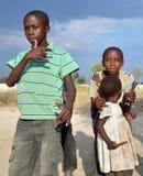 Enfant non identifié vivant dans la ville de Bangani Photos libres de droits