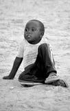 Enfant non identifié vivant dans la ville de Bangani Images libres de droits