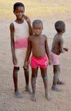 Enfant non identifié vivant dans la ville de Bangani Photographie stock