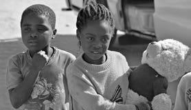 Enfant non identifié vivant dans le taudis de Mondesa Photo stock