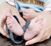Enfant nouveau-né dans des mains de soin Photos libres de droits
