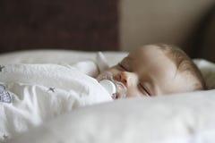 Enfant nouveau-né dormant avec le pacificateur images libres de droits