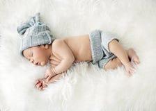 Enfant nouveau-né dormant sur la couverture images libres de droits