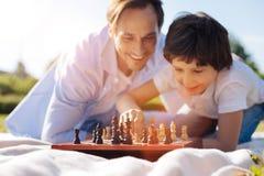 Enfant observateur méthodique accomplissant le progrès dans le jeu images libres de droits