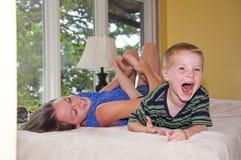 Enfant obtenant le pied chatouillé Images stock