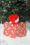 Enfant offensé dans le costume de Santa attendant le début de Noël Photos stock