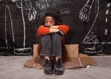 Enfant orphelin sur le concept de rue Photographie stock
