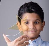 Enfant ou étudiant heureux avec la récompense Image libre de droits