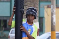 Enfant péruvien très pauvre mais heureux Images stock