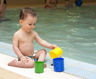 Enfant par la piscine photo stock