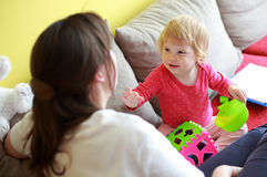 Enfant parlant avec sa mère Photographie stock libre de droits