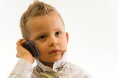 Enfant parlant par l'intermédiaire du portable Photos stock