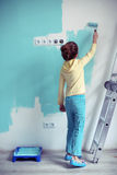 Enfant peignant le mur Images libres de droits
