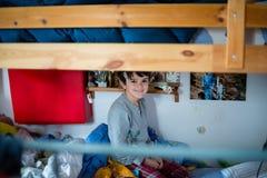 Enfant pendant le matin dans son lit superposé photo libre de droits