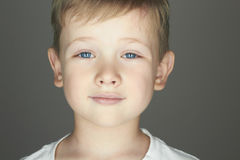 Enfant Petit garçon drôle Enfants à la mode du monde Badine l'émotion image stock