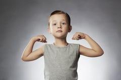 Enfant Petit garçon drôle Garçon de sport instructeur de gymnase de forme physique Photos libres de droits
