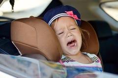 Enfant pleurant dans la voiture photographie stock