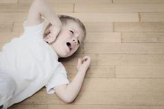 Enfant pleurant dans les larmes, l'effort et la dépression Photo stock