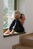 Enfant pleurant seul s'asseyant images stock