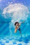 Enfant plongeant sous l'eau dans la piscine image libre de droits