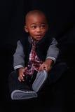 Enfant posant avec l'expression drôle Image stock