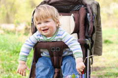 Enfant pour une promenade Photographie stock libre de droits
