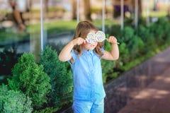 Enfant pour une promenade en parc avec la sucrerie à disposition photos libres de droits