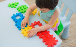 Enfant préscolaire 3 ans jouant avec les blocs colorés de jouet Images stock