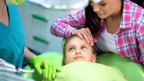 Enfant préscolaire regardant le dentiste, mère calmant avant examen régulier photo libre de droits