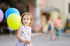 Enfant prêt à féliciter un ami sur son anniversaire Images libres de droits