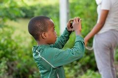 Enfant prenant la photo à sa mère images libres de droits
