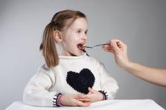 Enfant prenant le médicament Photo libre de droits