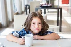 Enfant prenant le petit déjeuner Photos libres de droits