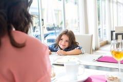 Enfant prenant le petit déjeuner Photographie stock libre de droits