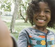 Enfant prenant le selfie en parc Image stock