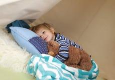 Enfant prenant un petit somme, se reposant dans une tente de jeu photo stock