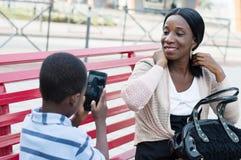 Enfant prenant une photo avec sa mère Photographie stock