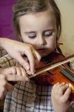 Enfant préscolaire apprenant jouer de violon Photo libre de droits