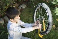 Enfant qui fixent des vélos photos libres de droits