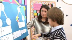Enfant résolvant des exercices de maths au jardin d'enfants banque de vidéos