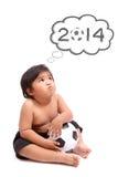Enfant rêvant avec la coupe du monde 2014 Photos stock