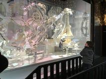 Enfant ravi par la décoration de fenêtre de magasin à Paris, France image libre de droits