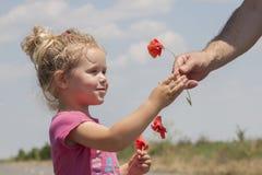 Enfant recevant des fleurs Images libres de droits
