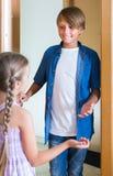 Enfant recevant l'intérieur prévu d'ami à la maison Photographie stock libre de droits
