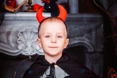 Enfant rectifié dans le costume de veille de la toussaint image stock