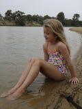 Enfant refroidissant à la rivière. Photographie stock