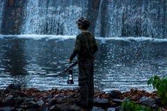 Enfant regardant la cascade Photos stock